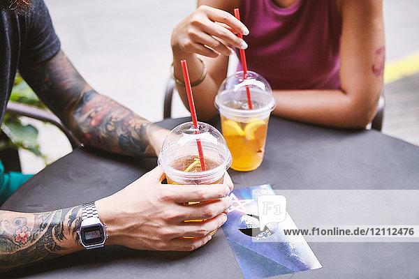 Schnappschuss eines multiethnischen Hipster-Paares in einem Straßencafé  Schanghai Französische Konzession  Schanghai  China