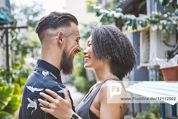 Multiethnisches Paar von Angesicht zu Angesicht in einer Wohngasse  Shanghai Französische Konzession  Shanghai  China