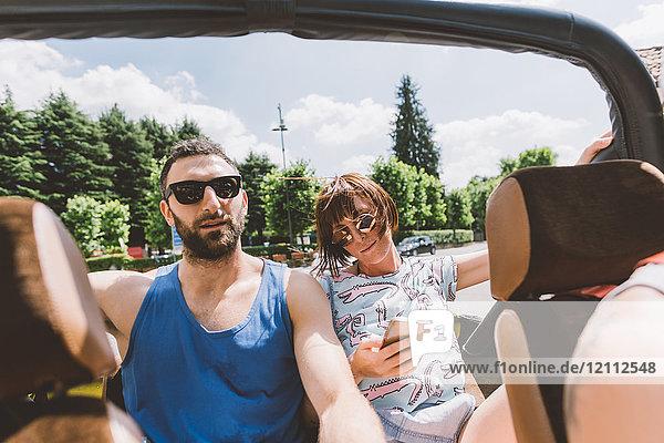 Junges Paar im Geländewagen auf Autoreise  Como  Lombardei  Italien