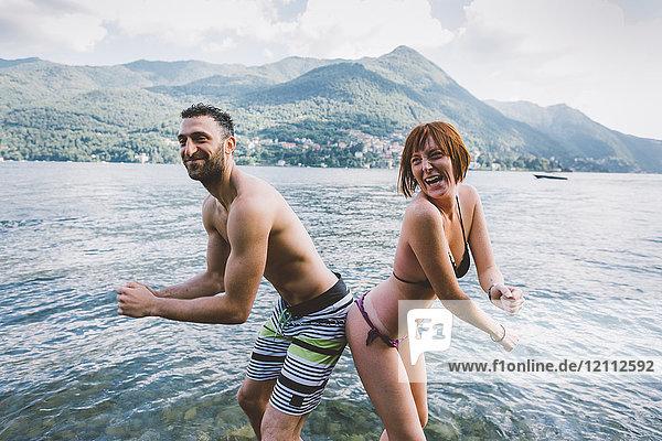 Porträt eines Paares in Badebekleidung Gesäss an Gesäss am Comer See  Lombardei  Italien