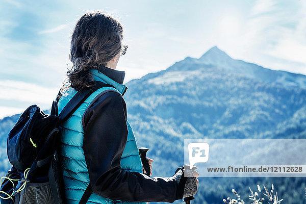 Wanderer  der den Blick auf den Berg abwendet  Madonna di Pietralba  Trentino-Südtirol  Italien  Europa