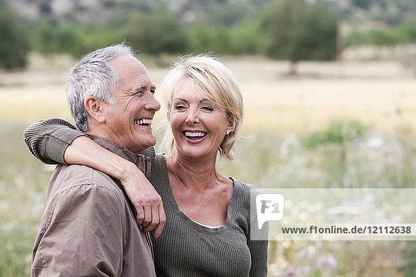 Lächelndes Paar im Feld
