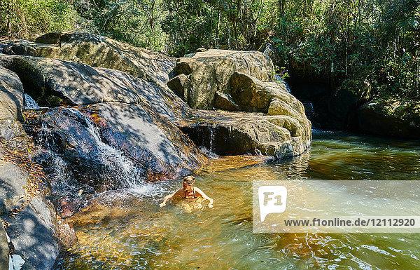 Frau schwimmt im Pool bei den Felsen  Florianopolis  Santa Catarina  Brasilien  Südamerika