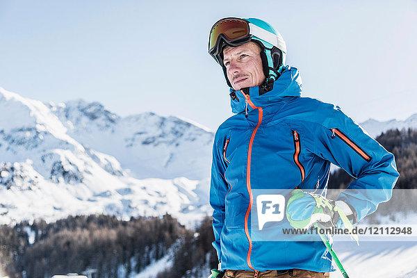 Porträt eines Skifahrers auf dem Berg  Blick auf Ansicht