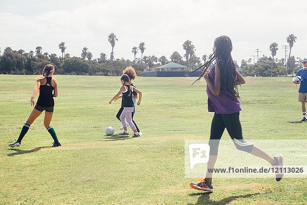 Schulmädchen-Fussballmannschaft spielt Fussballspiel auf dem Schulsportplatz