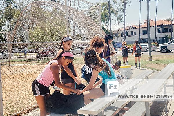 Schulmädchen-Fußballmannschaft bereitet sich auf dem Schulsportplatz vor
