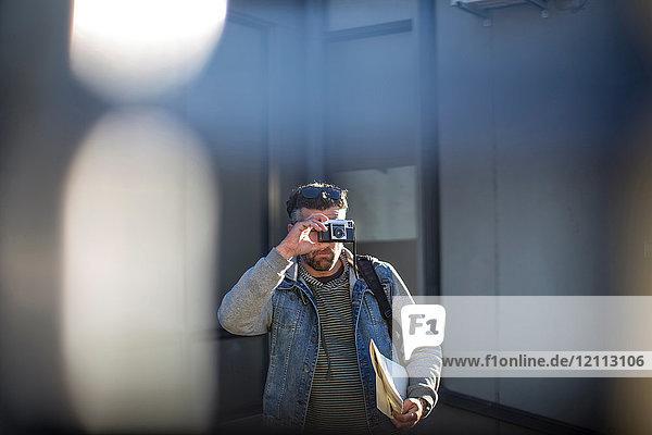 Mittelgroßer erwachsener Mann  im Freien  Blick durch die Kamera