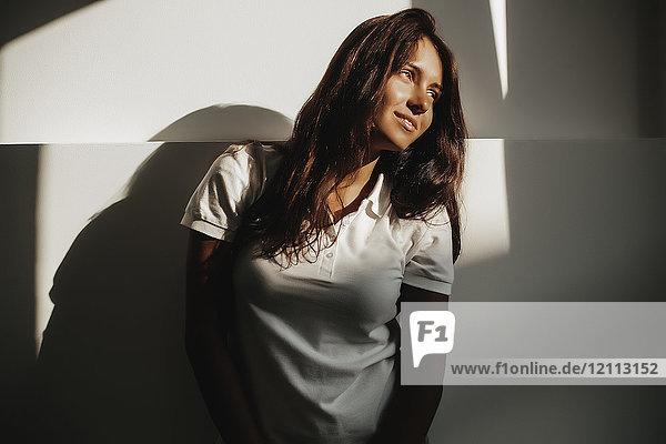 Porträt einer Frau im Schatten
