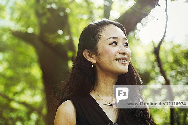 Eine junge Frau im Wald  im Freien.