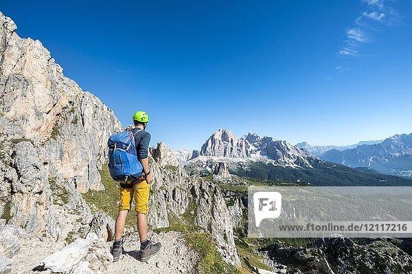 Wanderer mit Kletterhelm auf Wanderweg zum Nuvolau  Ausblick auf Bergmassiv Tofane  Dolomiten  Südtirol  Trentino-Alto Adige  Italien  Europa