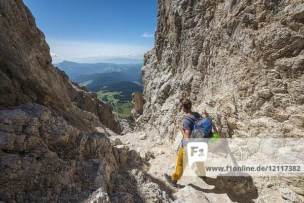 Wanderer am Pas de le Coronele bei der Rosengarten-Gruppe Umschreitung  Dolomiten  Südtirol  Trentino-Alto Adige  Italien  Europa Wanderer am Pas de le Coronele bei der Rosengarten-Gruppe Umschreitung, Dolomiten, Südtirol, Trentino-Alto Adige, Italien, Europa