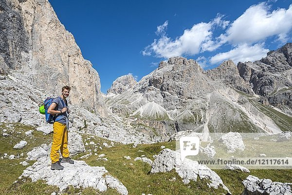 Wanderer bei der Rosengarten-Gruppe Umschreitung  Dolomiten  Südtirol  Trentino-Alto Adige  Italien  Europa Wanderer bei der Rosengarten-Gruppe Umschreitung, Dolomiten, Südtirol, Trentino-Alto Adige, Italien, Europa