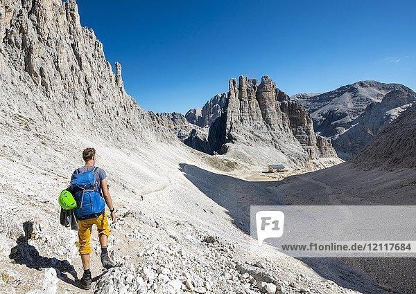 Wanderer beim Abstieg vom Santner-Klettersteig zur Gartlhütte  Rifugio Re Alberto  hinten Kletterfelsen Vajolett-Türme  Rosengarten-Gruppe  Dolomiten  Südtirol  Trentino-Alto Adige  Italien  Europa