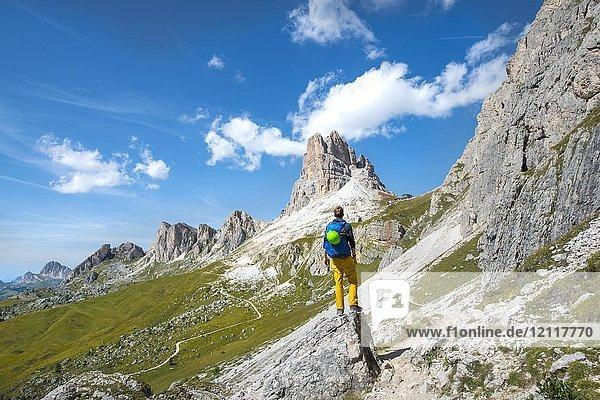 Wanderer auf dem Rundwanderweg vom Passo Giau über Nuvolau  Ausblick auf Averau Gipfel  Dolomiten  Südtirol  Trentino-Alto Adige  Italien  Europa Wanderer auf dem Rundwanderweg vom Passo Giau über Nuvolau, Ausblick auf Averau Gipfel, Dolomiten, Südtirol, Trentino-Alto Adige, Italien, Europa