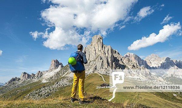 Wanderer blickt hinunter zum Passo Giau  hinten Gipfel La Gusela  Averau und Tofane  Dolomiten  Südtirol  Trentino-Alto Adige  Italien  Europa Wanderer blickt hinunter zum Passo Giau, hinten Gipfel La Gusela, Averau und Tofane, Dolomiten, Südtirol, Trentino-Alto Adige, Italien, Europa
