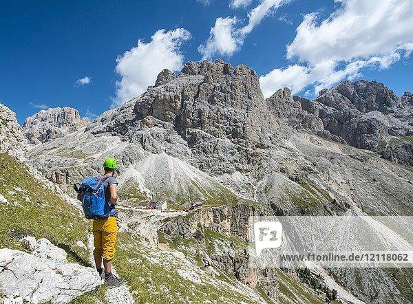 Wanderer bei der Rosengarten-Gruppe Umschreitung,  hinten Rifugio Vajolet und Rifugio Preuss,  Dolomiten,  Südtirol,  Trentino-Alto Adige,  Italien,  Europa