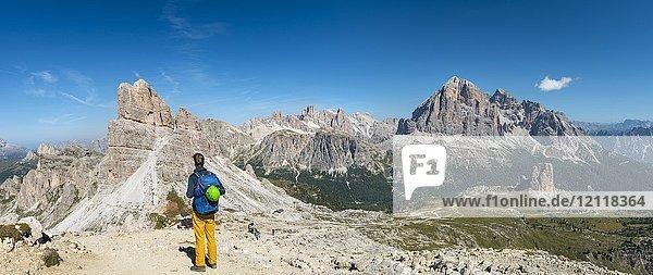 Wanderer auf dem Gipfel des Nuvolau  Blick auf Gipfel Averau und Bergmassiv Tofane  hinten Cinque Torri  Dolomiten  Südtirol  Trentino-Alto Adige  Italien  Europa Wanderer auf dem Gipfel des Nuvolau, Blick auf Gipfel Averau und Bergmassiv Tofane, hinten Cinque Torri, Dolomiten, Südtirol, Trentino-Alto Adige, Italien, Europa