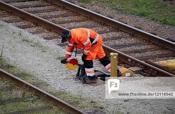Eisenbahnarbeiter stellt eine Weiche auf den Bahnhof  Ystad  Scania  Schweden  Europa