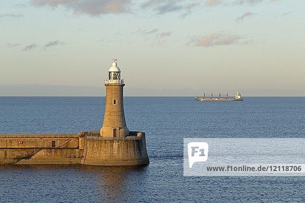 Leuchtturm  Frachtschiff auf dem Meer  Tynemouth  Northumberland  Großbritannien  Europa