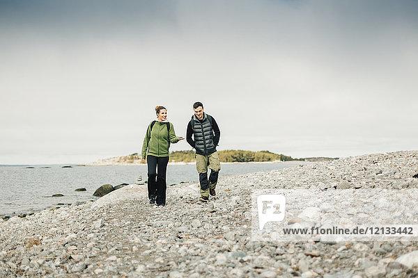 Pärchenwanderung entlang der Felsenküste in Stockholm  Schweden