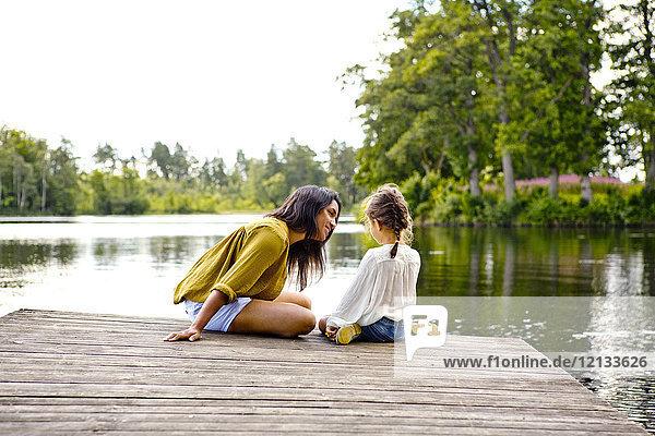 Mutter und Tochter am Pier am See in Friseboda  Schweden