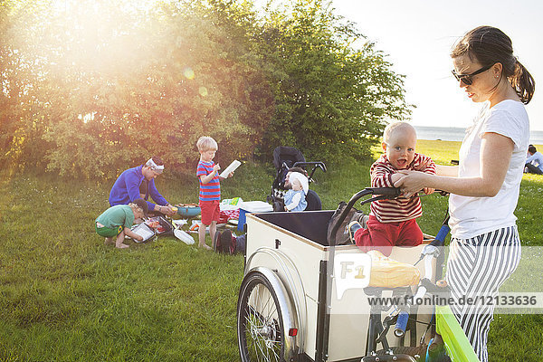 Mutter spielt mit Sohn auf dem Fahrrad