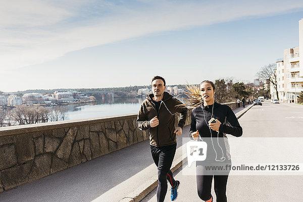 Paar auf der Straße in Stockholm  Schweden