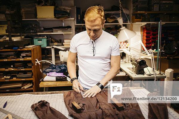 Mann in der Lederwerkstatt