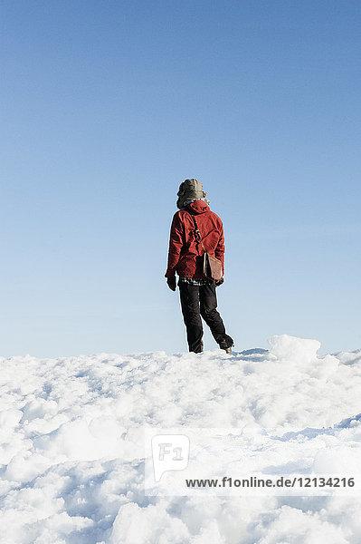 Mann auf Schnee in Biludden  Schweden