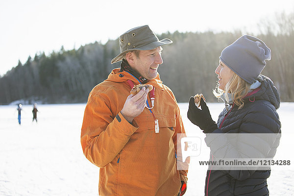 Paar essen Würstchen im Winter in Akersberga  Schweden