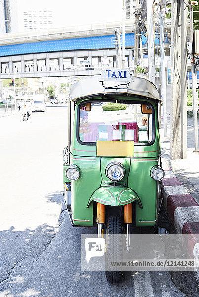 Thailand  Bangkok  grünes Tuk-Tuk-Fahrzeug auf der Straße geparkt