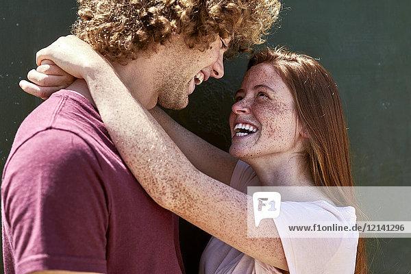 Glückliches junges verliebtes Paar,  das sich umarmt.