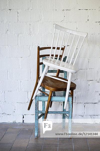 Leere Stühle gegen weiße Ziegelwand