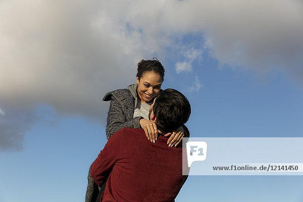 Glückliches junges Paar  das sich im Freien umarmt