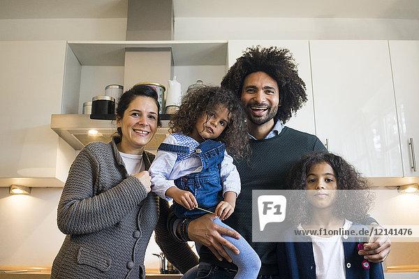 Glückliche Familie in der Küche stehend  lachend