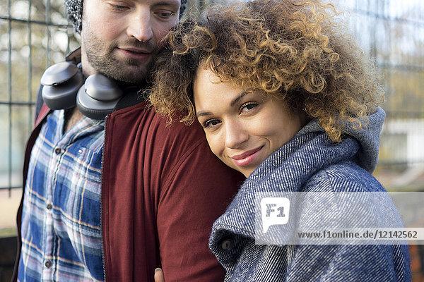 Porträt eines lächelnden jungen Paares im Freien