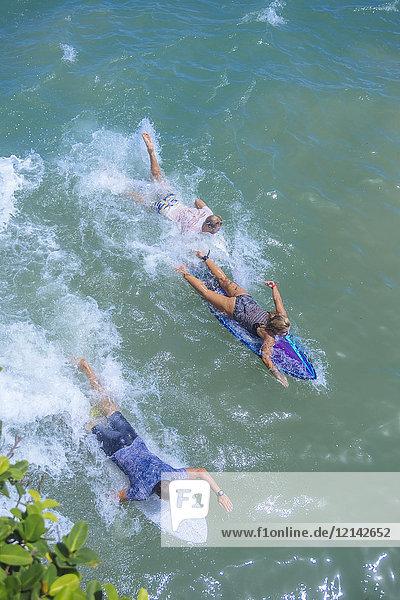 Indonesien  Bali  Surfer paddeln