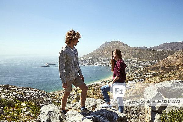 Südafrika  Kapstadt  junges Paar auf einer Reise an der Küste