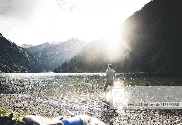 Österreich  Tirol  Wanderer erfrischend im Bergsee