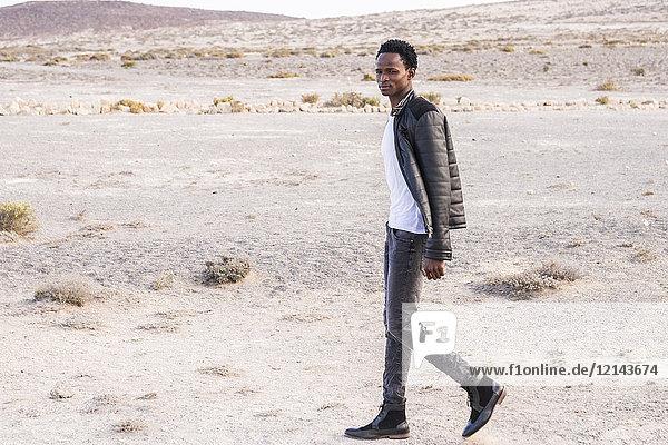 Spanien  Teneriffa  junger Mann in der Wüste unterwegs