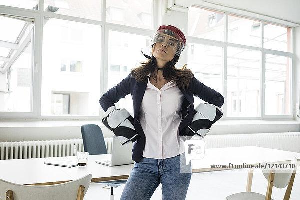 Porträt einer Geschäftsfrau mit Eishockeyausrüstung