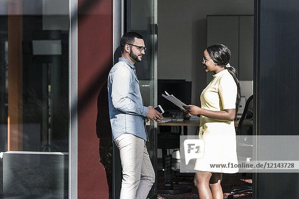 Kollegen  die außerhalb des Büros zusammenarbeiten