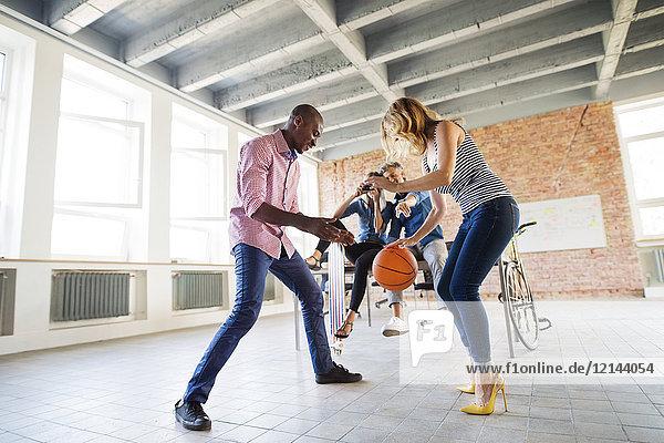 Kollegen beim Basketballspielen im neuen Büro