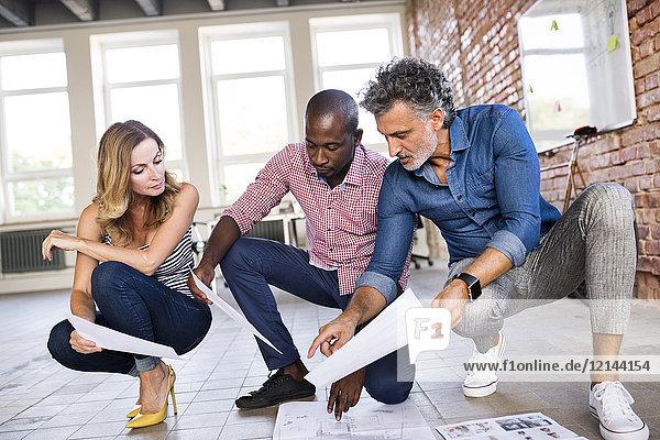 Architektenteam diskutiert über den Umbau eines Loftbüros