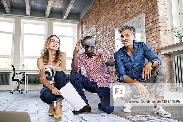 Architektenteam beim Umbau eines Loft-Büros mit 3D-Brille