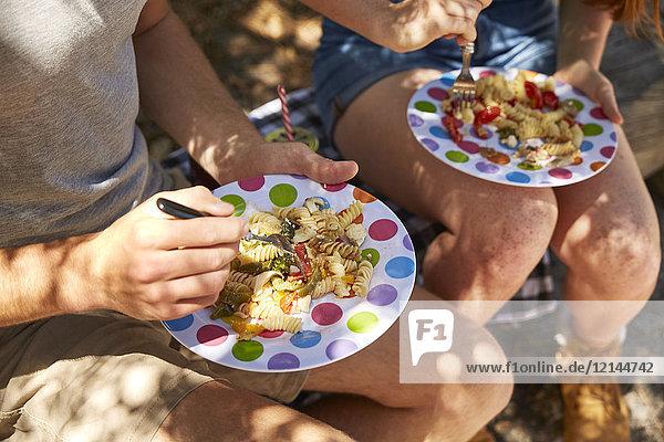 Junges Paar beim Picknick  Teller mit Nudeln
