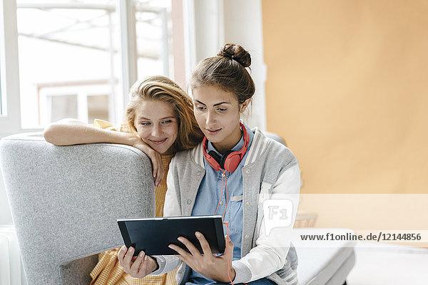 Zwei junge Frauen mit Tablette