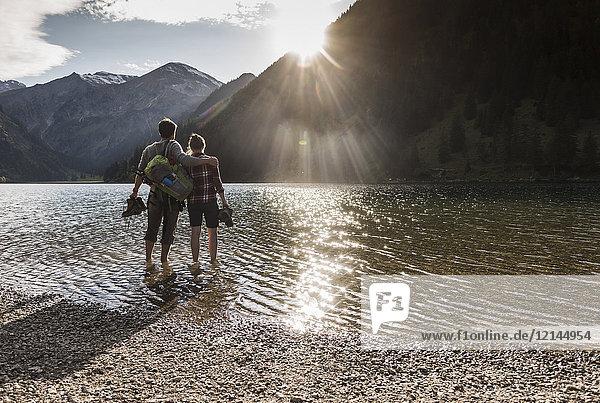 Österreich,  Tirol,  Wanderpaar erfrischend im Bergsee