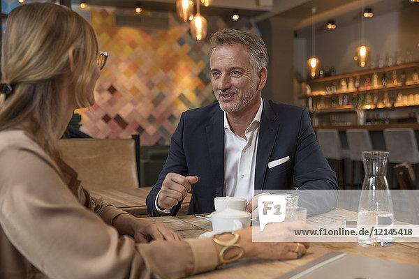 Zwei Geschäftsleute  die sich in einem Restaurant treffen.
