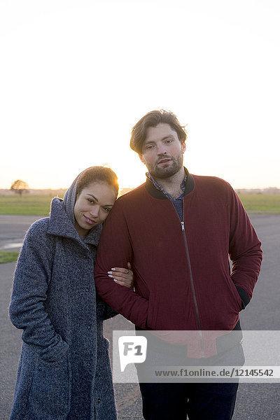 Porträt eines jungen Paares  das im Freien steht